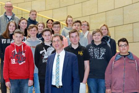 Gesamtschule Freudenberg besucht Jens Kamieth im Landtag
