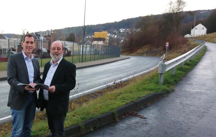 CDU-Landtagsabgeordneter Jens Kamieth und Bezirksausschussvorsitzender Johannes Tigges (CDU) verschaffen sich vor Ort gemeinsam einen Eindruck von der Verkehrssituation.