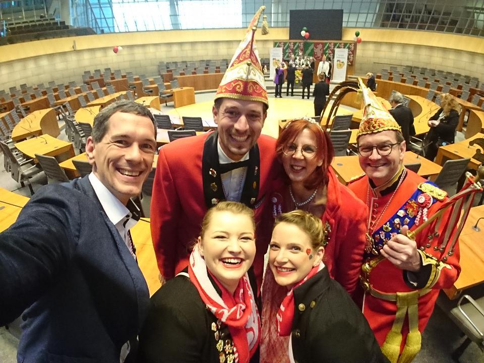 Jens Kamieth MdL mit Sahra Rötzel, Steffen Löcherbach, Theresa Löcherbach und dem Prinzenpaar Prinzessin Antje I. und Prinz Wolle I. im Plenarsaal des Landtags (v. l. n. r.).
