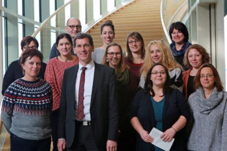 Mitarbeiter des Jugendamts Siegen sprechen mit Jens Kamieth im Landtag über Kinderbetreuung