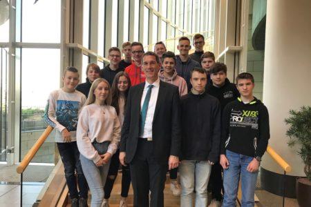 FCS Realschule Niederndorf besuchte Jens Kamieth im Landtag