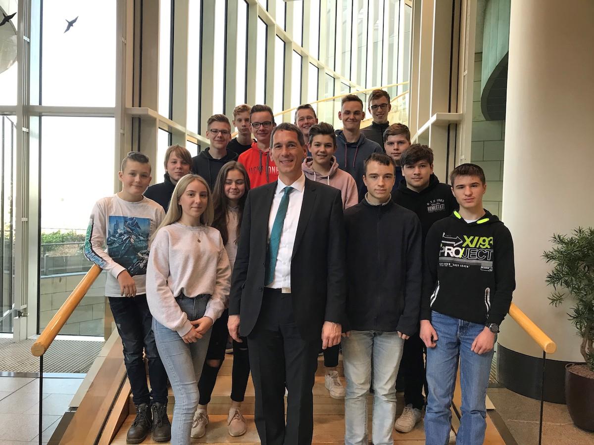 Jens Kamieth MdL mit Schülerinnen und Schülern der FCS Realschule Niederndorf auf der großen Treppe in der Bürgerhalle des Düsseldorfer Landtags.
