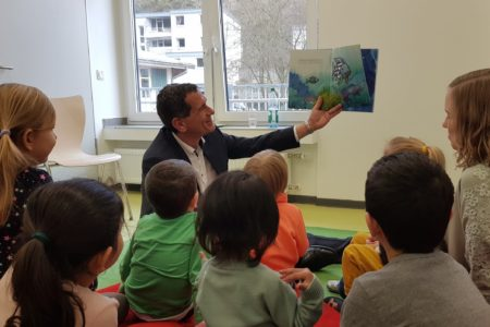 Bundesweiter Vorlesetag: Jens Kamieth MdL liest Siegener Kita-Kindern vor